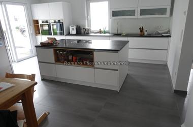 moderne bodenfliesen in xxl für die Küche in grau